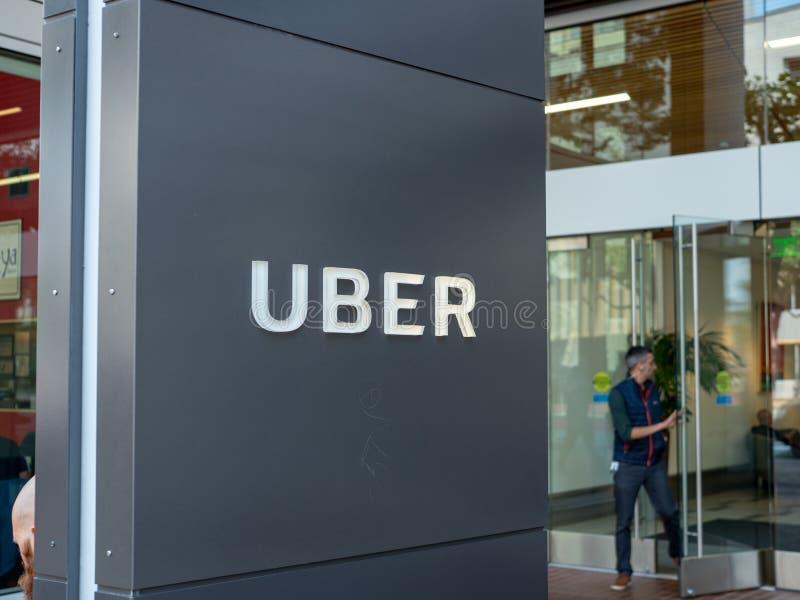 Mannen går ut ur ingången för det Uber högkvarterkontoret royaltyfri bild