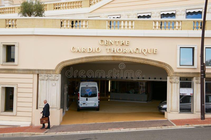 Mannen går vid gatan framme av den Cardio terapimitten i Monaco, Monaco arkivbild