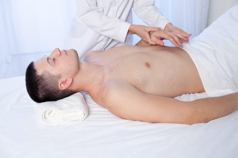 Mannen gör hand- och kroppmassageterapeutterapi Spa royaltyfri foto
