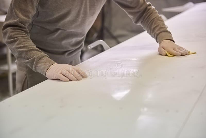 Mannen gör ren den vita plattan royaltyfri foto
