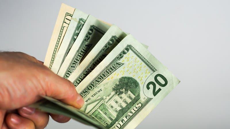 Mannen ger handfullpengar fotografering för bildbyråer