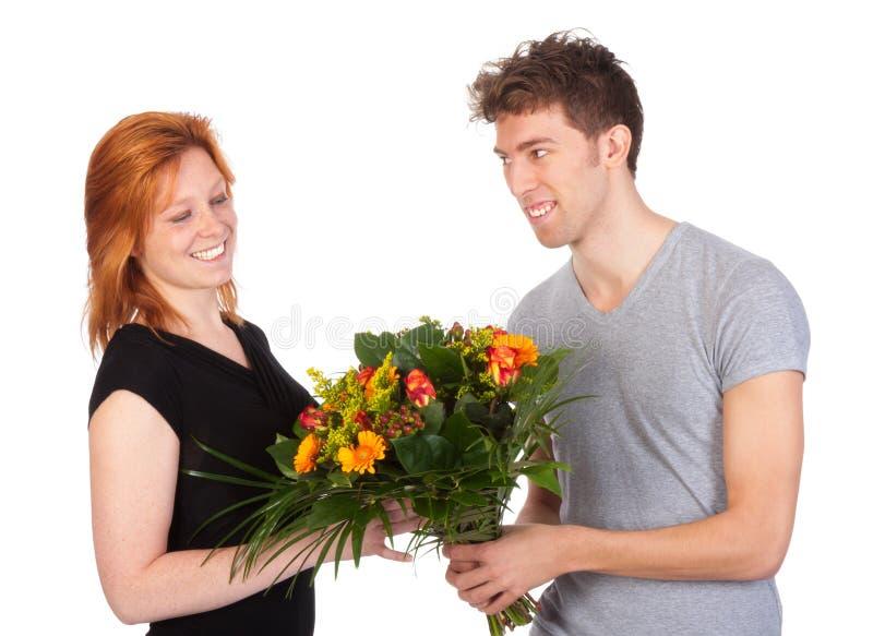 Mannen ger hans flickvän per härlig grupp av blommor fotografering för bildbyråer
