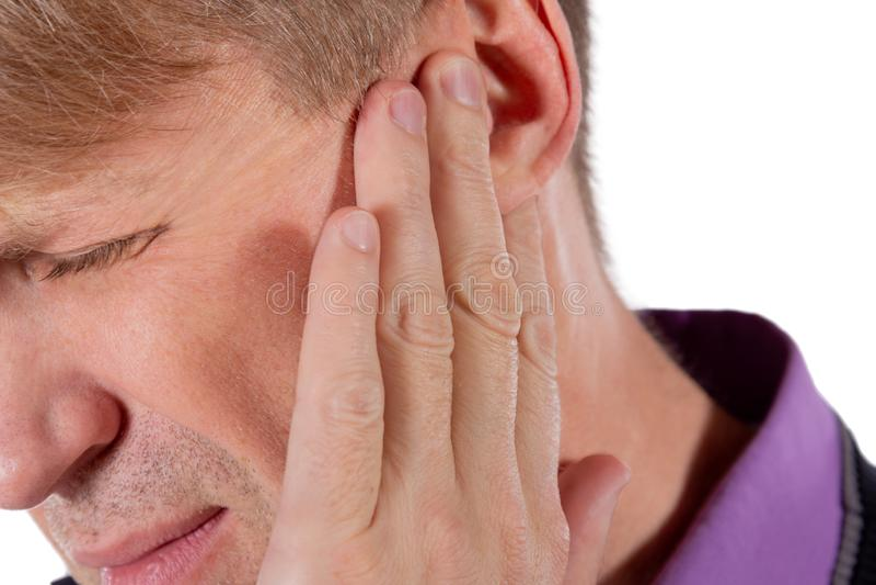 Mannen har ett öm öra Manlidande från örsprång på vit bakgrund royaltyfri foto