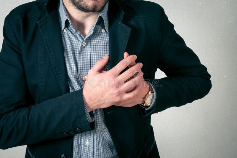Mannen har hjärta att smärta arkivfoto