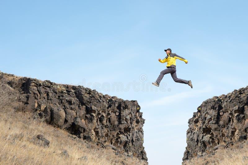Mannen hoppar royaltyfri bild