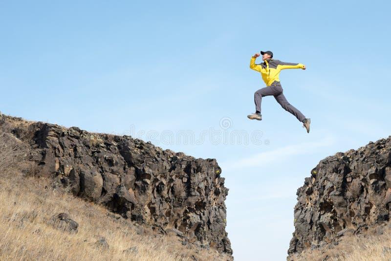 Mannen hoppar royaltyfri fotografi