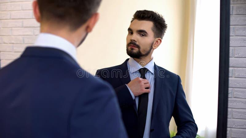 Mannen i affärsdräkten som ser spegelreflexion, ordnar till för arbetsintervju royaltyfria foton