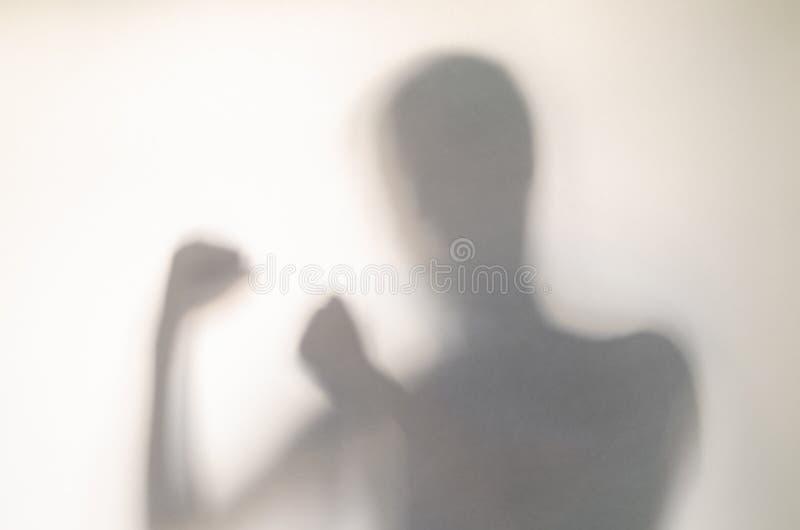 Mannen, i att slåss, poserar bak gardinen fotografering för bildbyråer