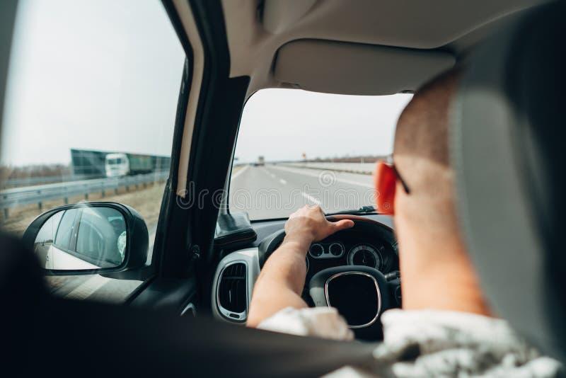 Mannen i bilresanden på vägen arkivfoton