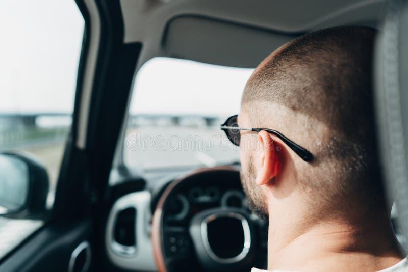 Mannen i bilresanden på vägen arkivfoto