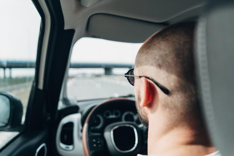 Mannen i bilresanden på vägen royaltyfri foto