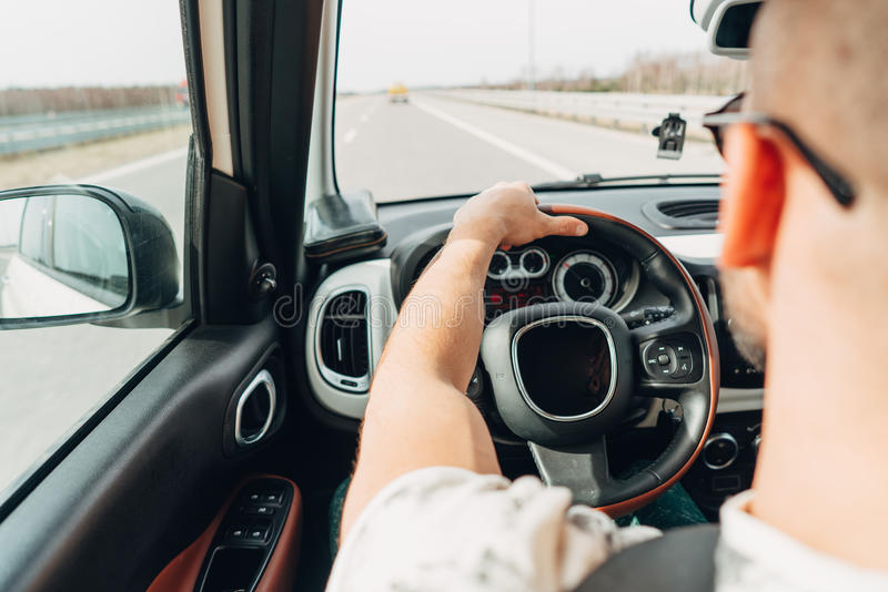 Mannen i bilresanden på vägen fotografering för bildbyråer