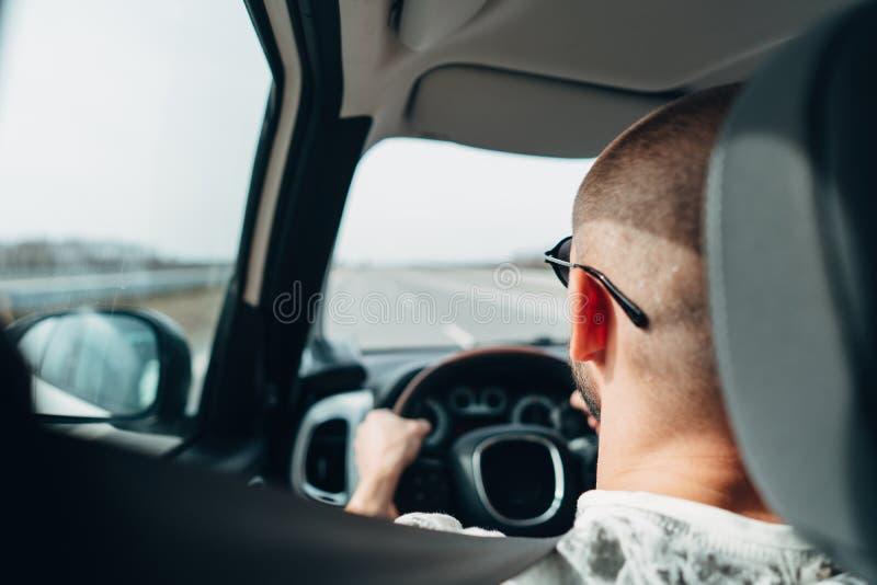 Mannen i bilresanden på vägen royaltyfria bilder