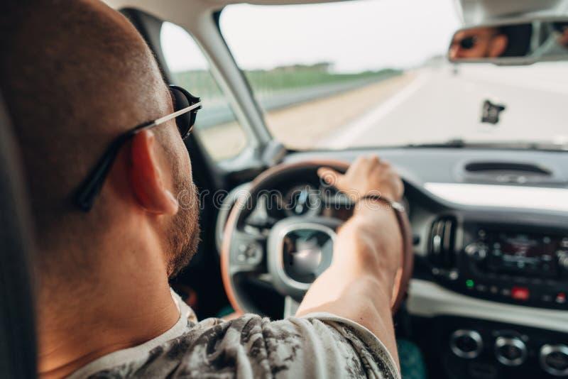 Mannen i bilresanden på vägen royaltyfri fotografi