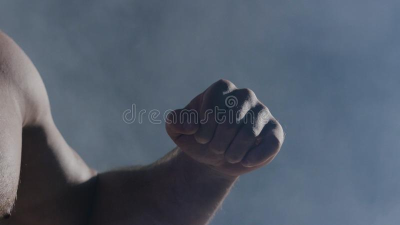 Mannen i boxninghandskar Ung boxarekämpe över svart bakgrund Boxningman som är klar att slåss Styrkautbildning och arkivfoto