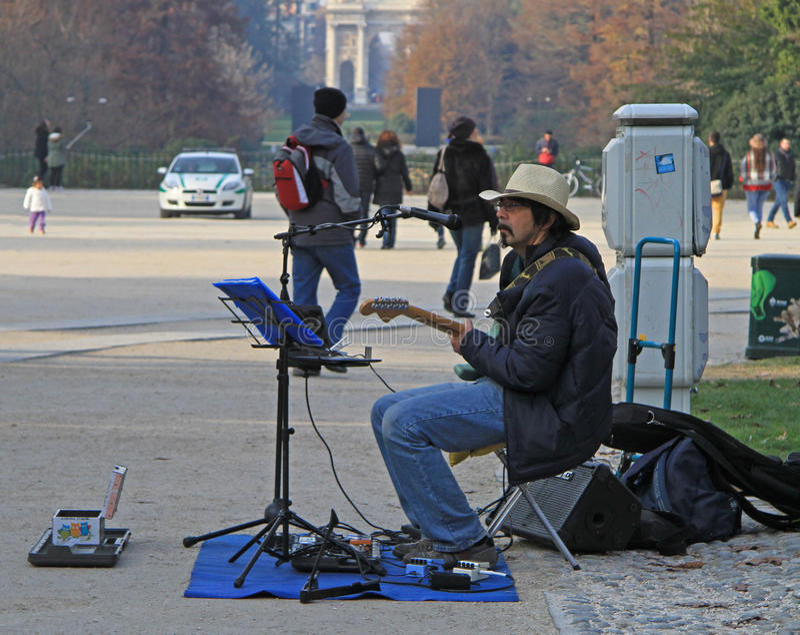 Mannen i cowboyhatt spelar gitarren royaltyfria foton