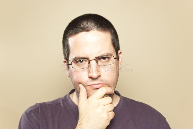Mannen i exponeringsglas betraktar royaltyfri fotografi