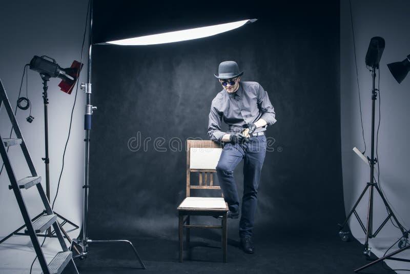 Mannen i fotostudion som tar bilder royaltyfri foto