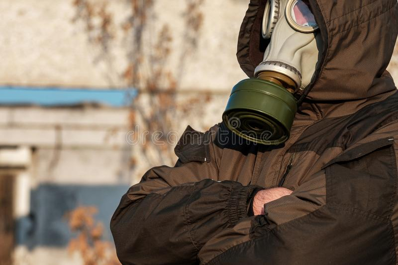 Mannen i gasmasken satte en hand på hans bröstkorg och att se in i avståndet, faran av kriget fotografering för bildbyråer