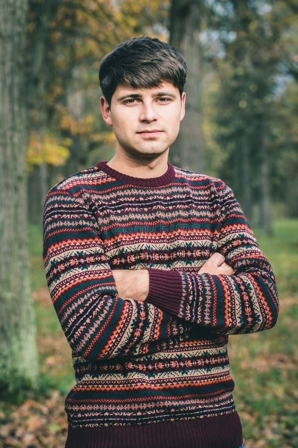 Mannen i höstskogen arkivfoto