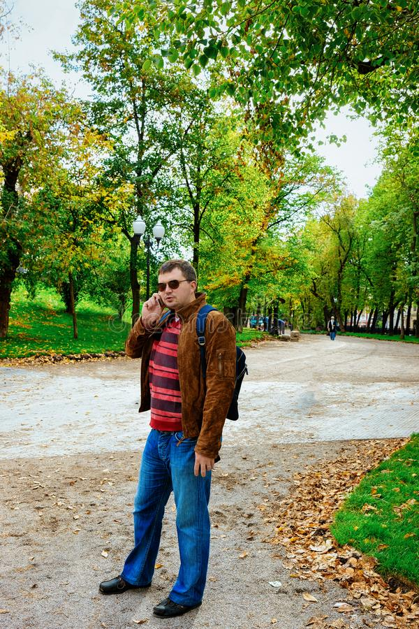 Mannen i parkerar pÃ¥ den Gogolevsky boulevarden av boulevardcirkeln i Moskva fotografering för bildbyråer