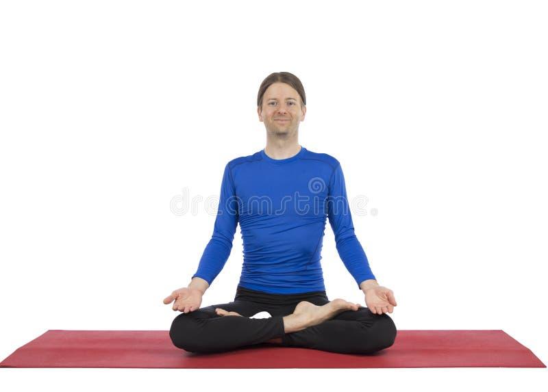 Mannen, i placerat, poserar i yoga arkivfoto
