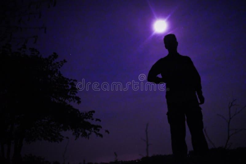 Mannen i purpurfärgad fullmåne royaltyfri fotografi