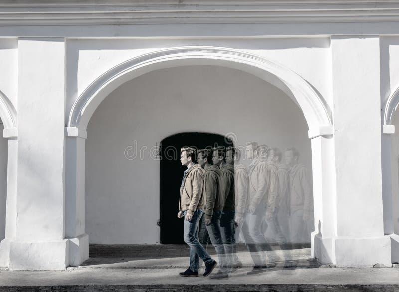 Mannen i rörelse svart white royaltyfri foto