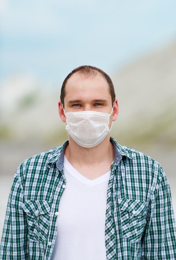 Mannen i respirator Skydd mot virus royaltyfri bild