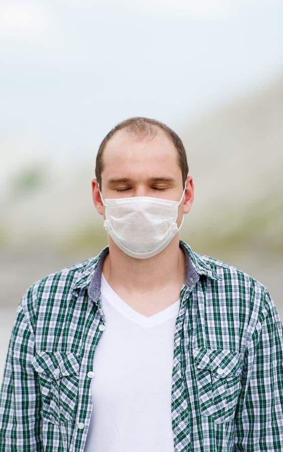 Mannen i respirator Skydd mot virus arkivbilder