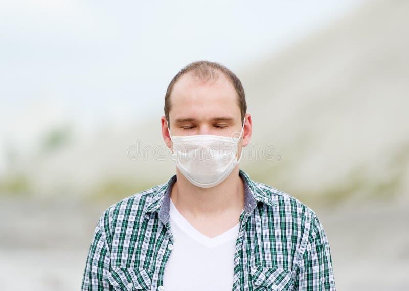 Mannen i respirator Skydd mot virus royaltyfria bilder