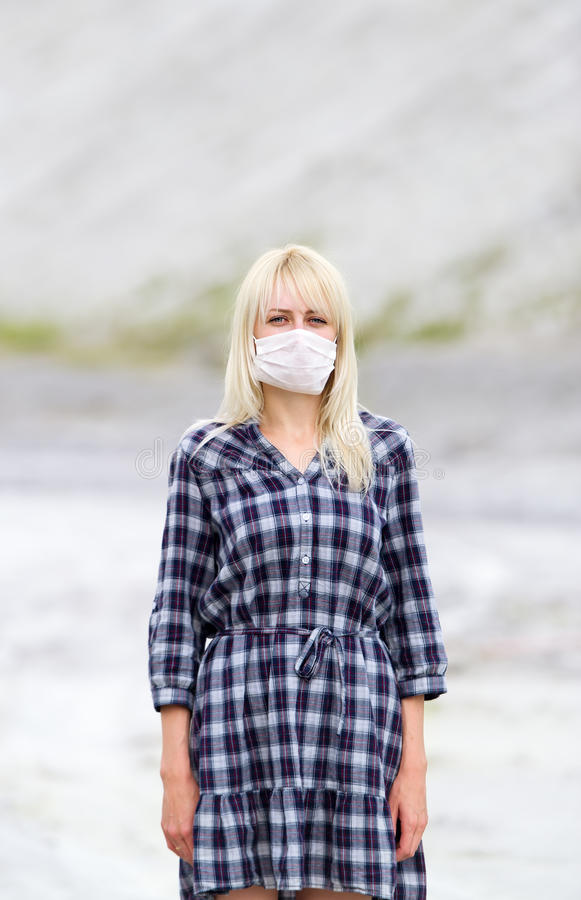 Mannen i respirator Skydd mot virus royaltyfria foton