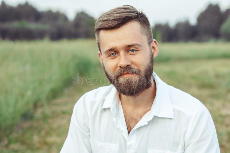 Mannen i skjortan på gräset arkivbild