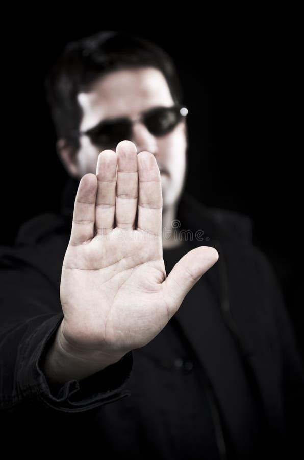 Mannen i solglasögon rymmer upp handen royaltyfria foton