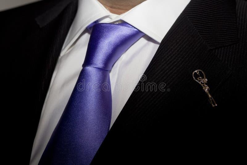 Mannen i svart dräkt med lilor binder och öppnar arkivbilder