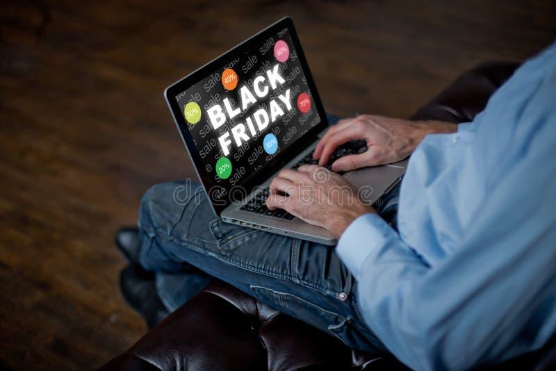 Mannen köper direktanslutet på Black Friday man med en bärbar dator, vuxna händer för man` ett s på ett tangentbord Sale i Black  royaltyfri foto