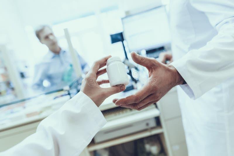 Mannen köper en mineralvatten i apotek royaltyfri bild