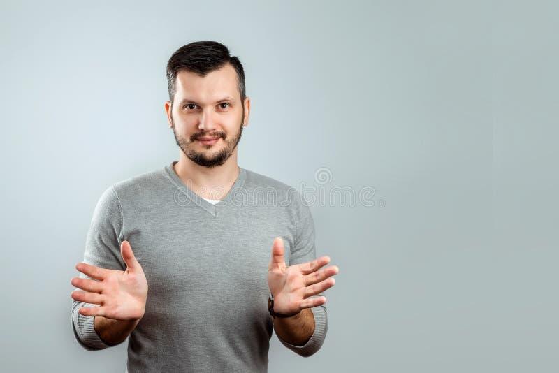 Mannen kastar upp hans h?nder fotografering för bildbyråer