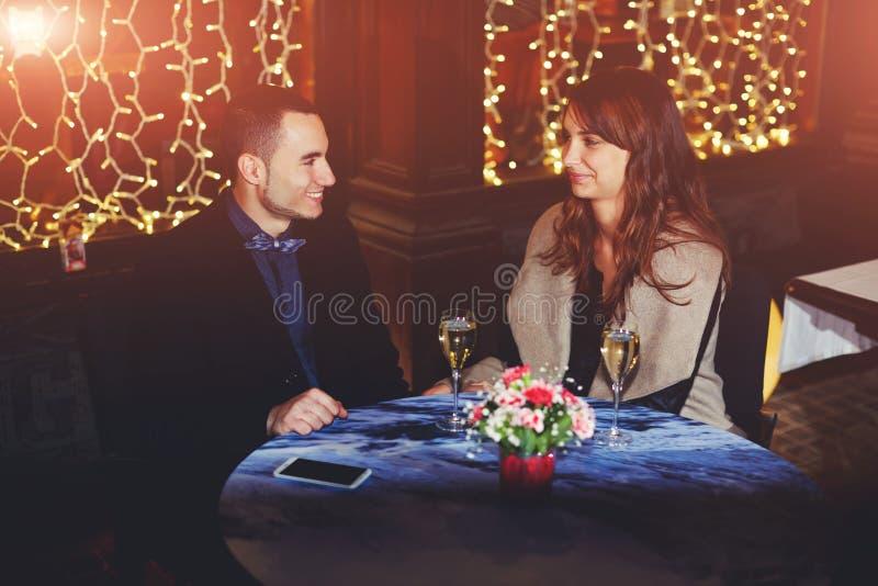 Mannen kom med hans flickvän i en restaurang royaltyfri fotografi