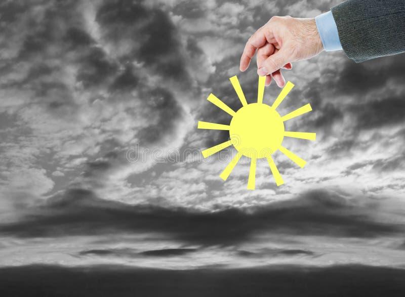 Mannen kommer med solen till en dyster och mörk värld Ändra för det bättre royaltyfri fotografi