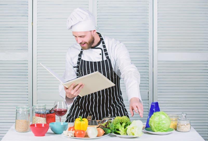 Mannen l?r recept F?rb?ttra att laga mat expertis Bokfamiljrecept Ultimat laga mat handbok f?r nyb?rjare Enligt recept royaltyfri bild