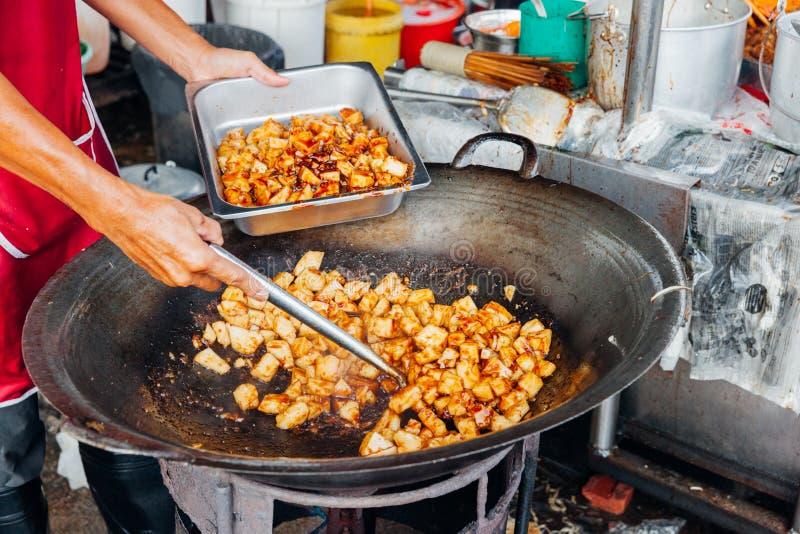 Mannen lagar mat mat på Kimberly Street Food Night Market arkivfoto