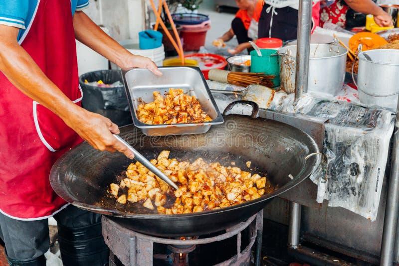 Mannen lagar mat mat på Kimberly Street Food Night Market royaltyfri bild