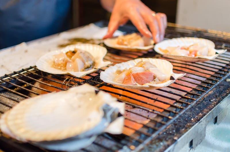 Mannen lagar mat skalet fotografering för bildbyråer