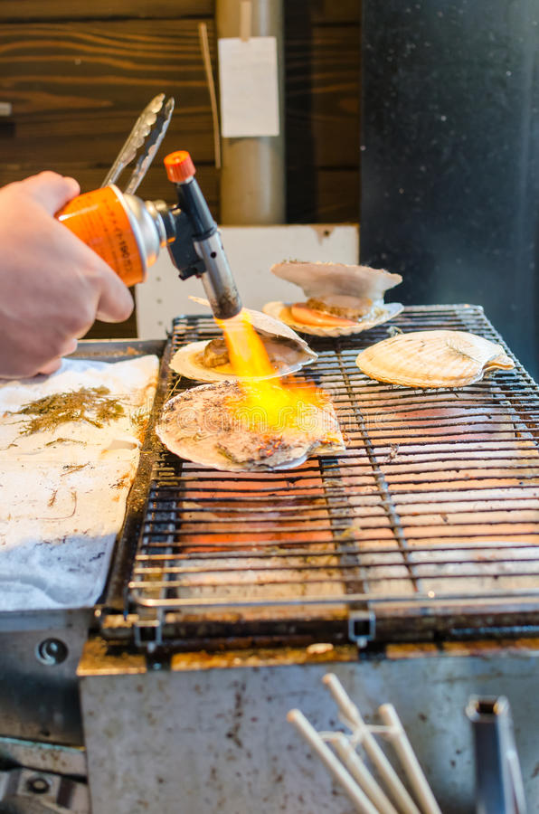 Mannen lagar mat skalet arkivbilder
