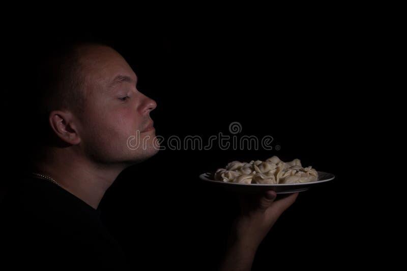 Mannen luktar arkivfoto