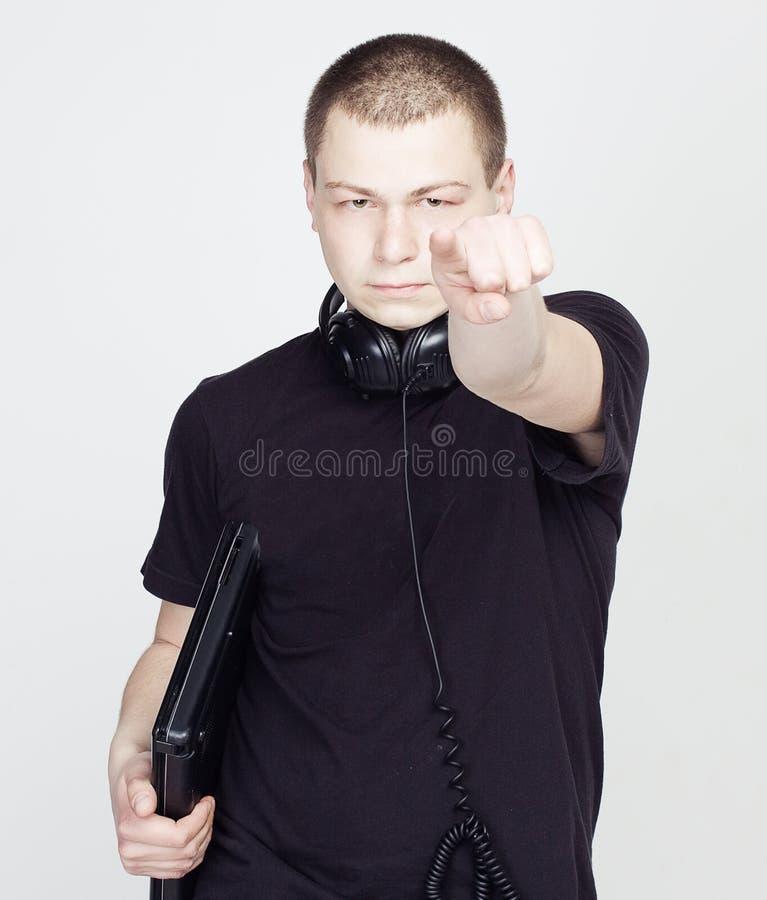 Mannen med anteckningsboken och hörlurar pekar ett finger på dig arkivbilder