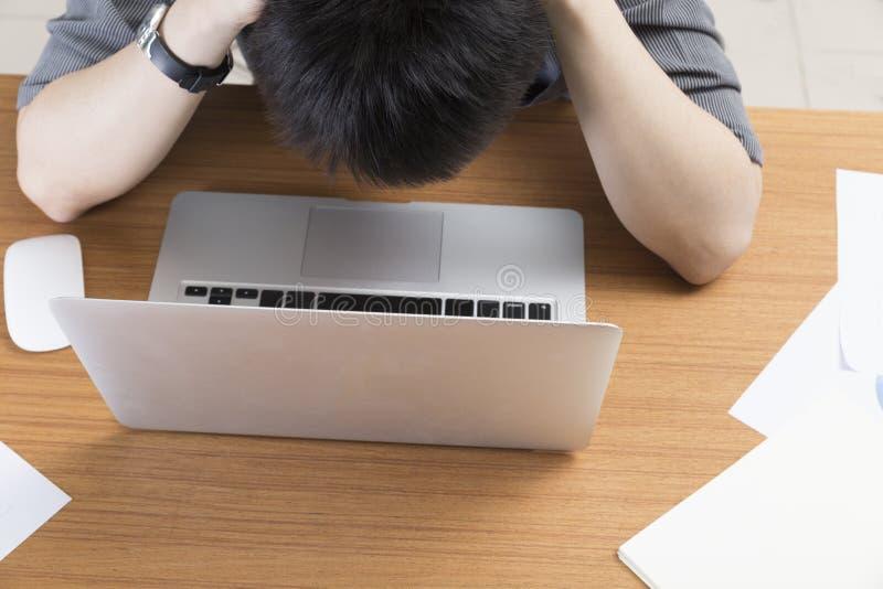 Mannen med bärbar datordatoren - frustrera, belasta, förarga begreppet royaltyfri fotografi