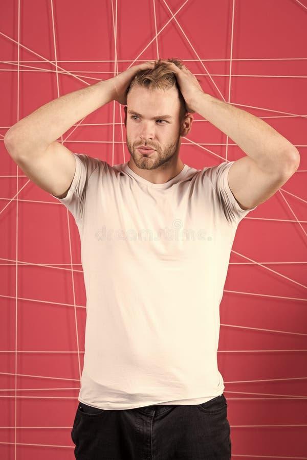Mannen med den strikta framsidan för borstet tycker om friskhet av hår, rosa bakgrund Haircare begrepp Skäggigt attraktivt för gr royaltyfria bilder