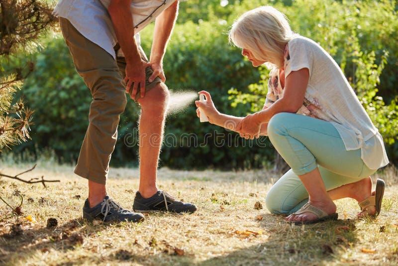 Mannen med en knäskada får kyla sprej fotografering för bildbyråer